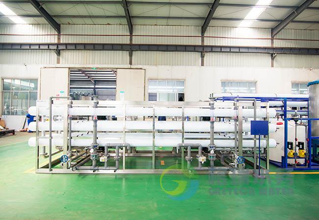 除盐水设备是利用反渗透膜的过滤原理,可以过滤除水中的溶解盐类胶体菌和有机物等物质