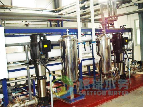 反渗透设备主件采用进口美国的复合膜元件及进口高压不锈钢泵,进水适应性、脱盐率和使用寿命等方面,与其它反渗透元件相比,具有良好的优点