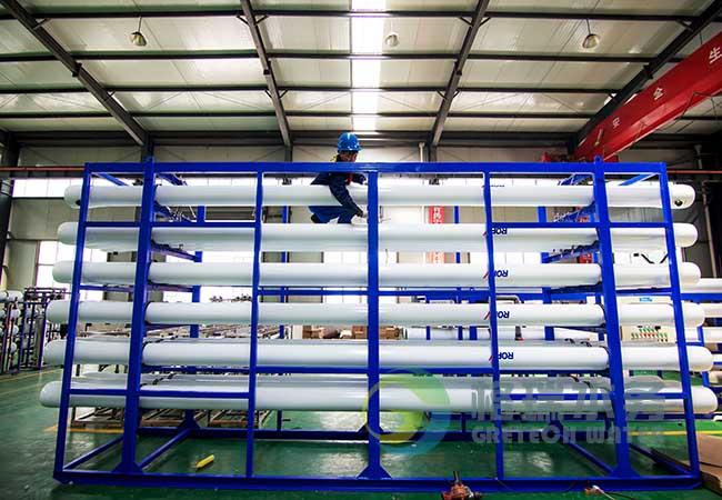 大型单级反渗透设备一般包括预处理系统、反渗透装置、后处理系统、清洗系统和电气控制系统等