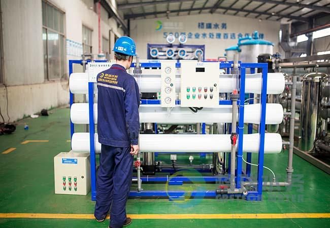 反渗透纯净水设备除了包括一般的过滤器之外,还具有精细过滤器、颗粒活性炭过滤器和压缩活性炭过滤器