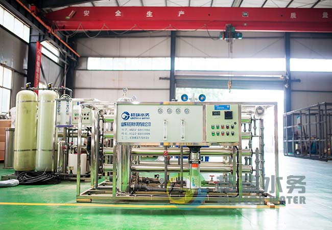 2T/H反渗透纯水机具有占地小、安装快、外观漂亮、操作、维修方便等优点